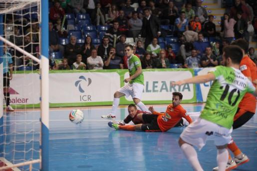 Mati Rosa, del Palma Futsal, anota uno de los goles del partido.