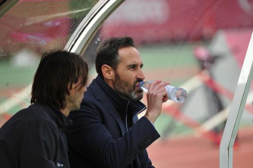 Vicente Moreno observa las evoluciones del juego desde el banquillo.