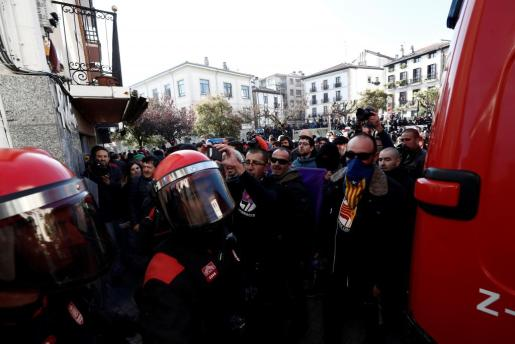 """Efectivos de la Policía Foral frente a una manifestación en contra de la iniciativa """"España Ciudadana"""", impulsada por Ciudadanos, que celebra en Alsasua un acto de apoyo a la Guardia Civil."""
