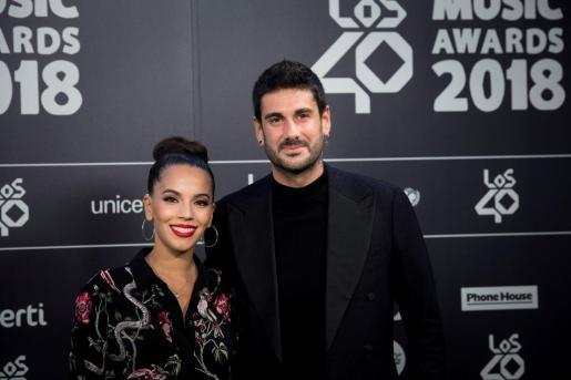 El cantante Melendi (d) a su llegada a la gala anual de Los40 Music Awards, los mayores premios musicales de España y Latinoamérica, esta noche en el Wizink Center de Madrid.