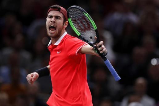 El ruso Khachanov celebra su victoria ante Djokovic en la final de París.