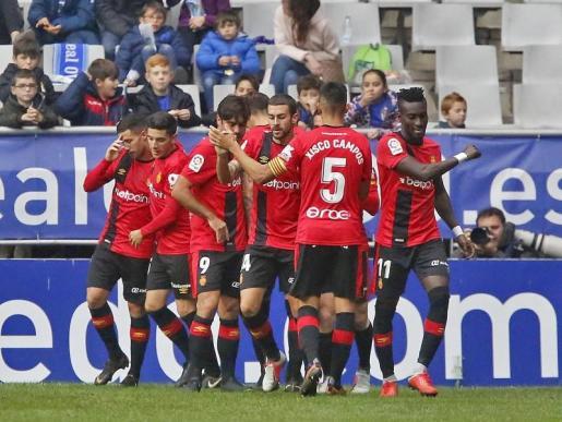 Los jugadores del Mallorca celebran el gol del empate en el Carlos Tartiere.