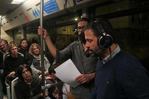 Chema Font y Borja Rigo, narraban a los oyentes radiofónicos y al público presente todo el paisaje que se veía a través de las ventanas del autobús.