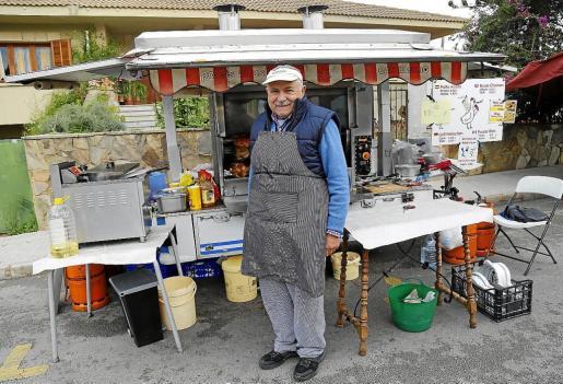 Vasile Gafton, afincado en Mallorca desde hace 20 años, es propietario de un agroturismo en Manacor y de la empresa de pollos al ast Can Basilio. Cada día acude a un mercado de la Isla para vender pollos al ast y conejo.
