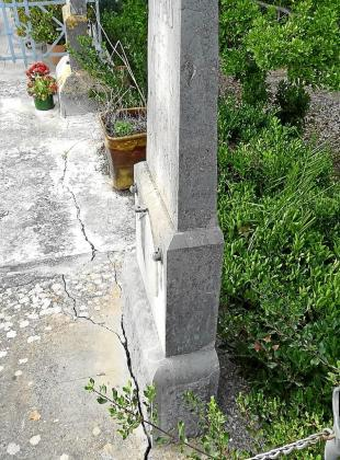 Imagen de una de las grietas que han aparecido en el cementerio.
