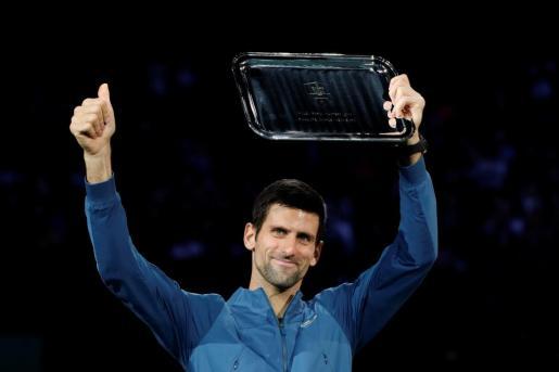 Novak Djokovic, con el trofeo como finalista del Masters 1.000 de París-Bercy.