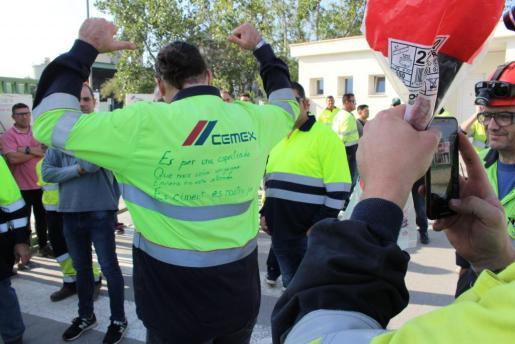 La cementera acepta la propuesta del ministerio de Industria y los gobiernos de Baleares y Andalucía, que se centraban en la paralización del expediente de regulación de empleo y aceptar una negociación donde estén representadas todas las partes.