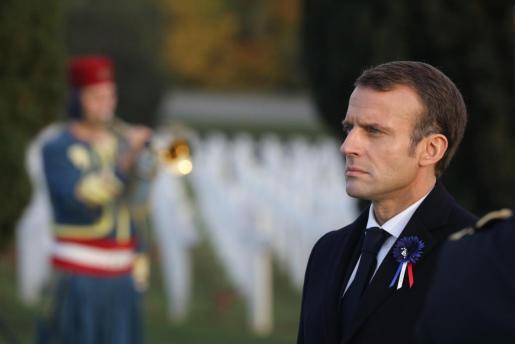 El presidente francés, Emmanuel Macron, participa en una ceremonia en el cementerio del Memorial de la batalla de Verdún en Francia.