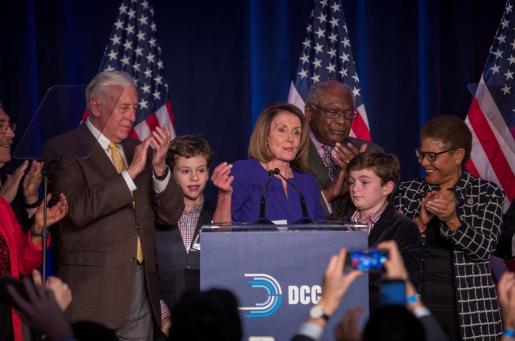 Nancy Pelosi (c), líder de la minoría demócrata de la Cámara de Representantes reacciona junto a otros representantes a los primeros resultados de las elecciones generales.