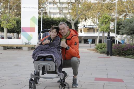 Iker y su padre, Óscar Marín, en el área comercial Momentum Plaza de Magaluf.