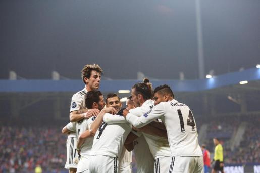 El jugador Karim Benzema (C) de Real Madrid celebra la anotación de un gol con sus compañeros.