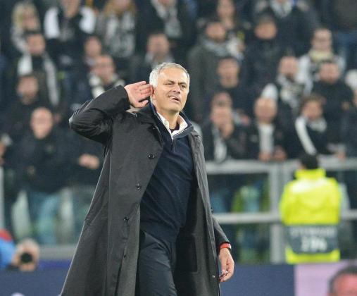 El técnico del Manchester United, Jose Mourinho, se echa la mano al oído en un expresivo gesto tras la victoria de los diablos rojos en el feudo de la Juventus.