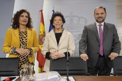 De izquierda a dercha, la ministra de Hacienda, María Jesús Montero; la portavoz del Gobierno, Isabel Celaá; y el ministro de Fomento, José Luis Ábalos, durante la rueda de prensa posterior al Consejo de Ministros.