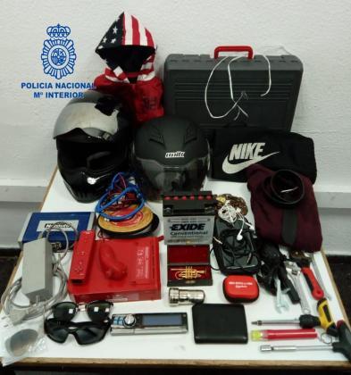Material incautado al detenido, tras vaciar el porta-objetos de ocho motocicletas.