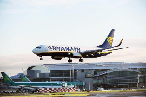 Fotografía de archivo del 28 de septiembre de 2017 que muestra un avión de la compañía aérea de bajo coste Ryanair .