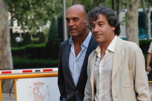 A la izquierda el empresario Juan Muñoz, marido de la periodista Ana Rosa Quintana, cuando salió en libertad de la Audiencia Nacional.