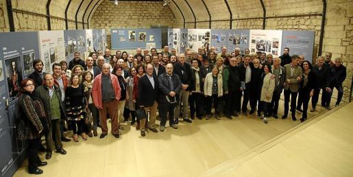 Imagen de grupo de antiguos periodistas y colaboradores del periódico durante su reencuentro de ayer en el Museu Es Baluard, al que también asistieron miembros de la actual Redacción y las comisarias de la muestra.