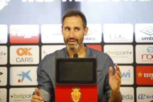 Vicente Moreno, entrenador del Mallorca, durante una rueda de prensa.