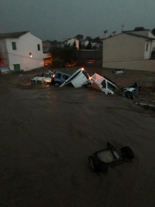 En Sant Llorenç se desbordó el torrente, que arrastró decenas de coches y dejó el pueblo incomunicado.