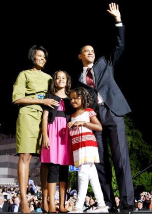 Fotografía de archivo tomada el 20 de mayo de 2008, que muestra al presidente de Estados Unidos, Barack Obama (d), junto a su esposa Michelle (i) y a sus hijas Malia (c-i) y Sasha (c-d) en Iowa (Estados Unidos).