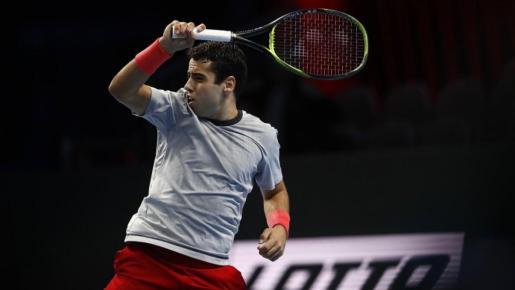 El tenista mallorquín Jaume Munar golpea la bola durante un partido.