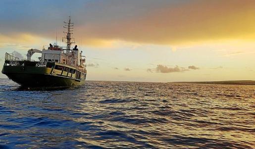El 'MV Esperanza', en un atardecer en la bahía.