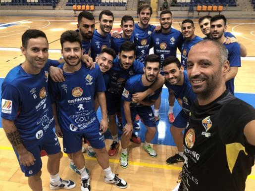 Los jugadores del Palma Futsal y el técnico Antonio Vadillo posan en un selfi sobre el parquet de Son Moix.