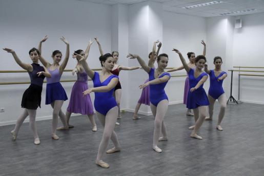 Las alumnas de la escuela de danza ensayaron ayer por la tarde con Francisca Tomàs y Sonia Galkin.