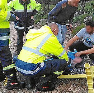 Técnicos sanitarios asisten al hombre tras ser localizado en Son Vida.