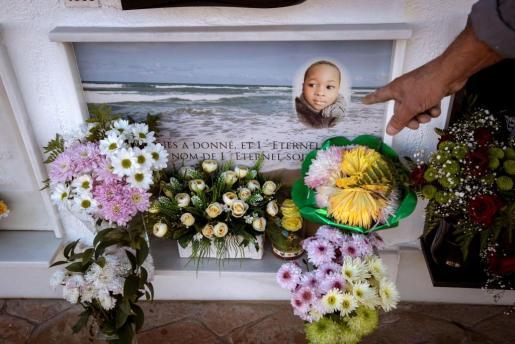 En Barbate (Cádiz) están ya acostumbrados a cuidar a los muertos del Estrecho. En su cementerio esperan a las víctimas de la patera naufragada esta semana en una de sus playas. Sin nombre, ni familia, aquí no les faltará una sepultura digna, ni quien cuide de su memoria y rece por sus sueños rotos. En la imagen, nicho del pequeño Samuel, el niño del Congo de 6 años que murió, al igual que su madre, en el naufragio de otra patera.