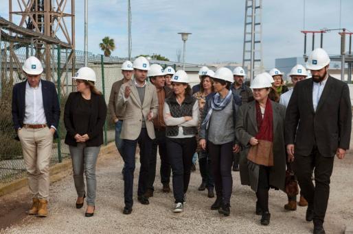 La ministra de Transición Ecológica, Teresa Ribera, durante su visita a la subestación de Ciudatella (Menorca), donde se han iniciado este sábado las obras para la instalación del cable submarino que restablecerá la conexión eléctrica entre Mallorca y Menorca.
