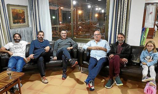 Los regidores Bernat López y Toni Cànaves, con vecinos y afectados.