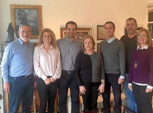 Los representantes del Ajuntament junto con la familia de Picarol.