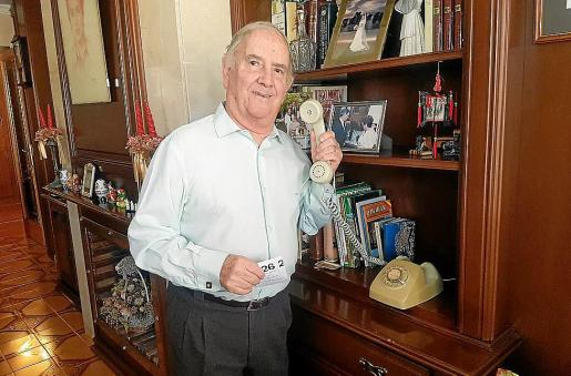 Emilio González Fuster, junto a su teléfono en el comedor de su casa.