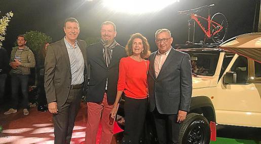 A. Cañellas, J.M. Serra, C. Planas y J. Nadal, junto al nuevo Jimny.