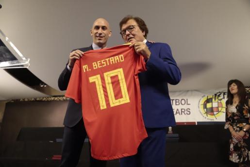 Luis Rubiales, presidente de la RFEF, entrega una camiseta de la selección a Miquel Bestard.