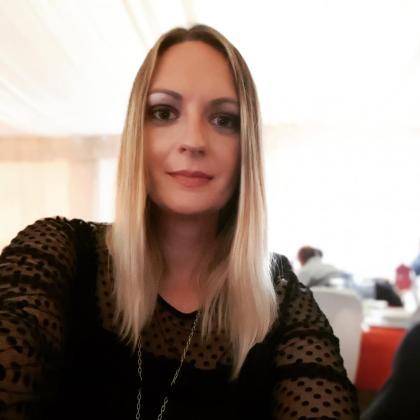 Azra Dobojlic, dirigente de Actúa-Vox, ha presentado una denuncia contra un hombre que la amenazó a la salida de su vivienda.