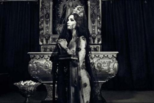 La actriz Paz Vega aparece totalmente desnuda y rezando, sólo cubierta por una mantilla.