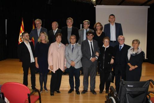 En la imagen, los galardonados con las autoridades municipales de la capital del Raiguer.