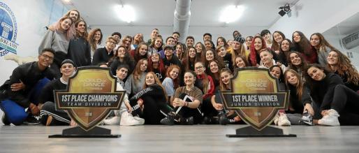 Imagen de los dos grupos, fotografiados en una de las salas de la academia de baile Empire of Dreams con los trofeos logrados en Zaragoza a primeros de mes.