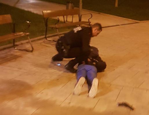 La policía redujo al hombre, que realizaba la compra con una pistola en el cinturón.