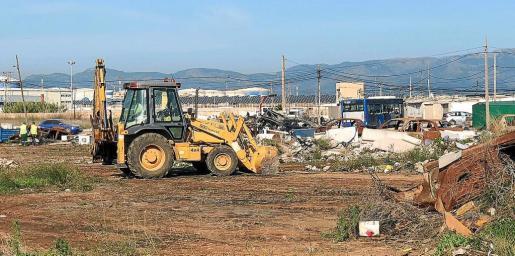 Cort retiró ayer 13 toneladas de residuos y 14 coches abandonados en Son Banya. La limpieza sigue hasta el viernes.