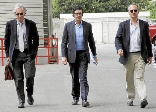 Los tres administradores concursales del Real Mallorca saliendo de la reunión.