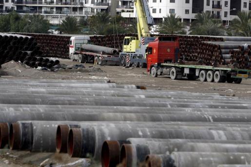 Tubos almacenados en el puerto de Alicante que la empresa Enagás.