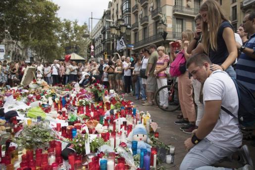 Aspecto del mosaico del suelo de Joan Miró, en Las Ramblas de Barcelona, donde finalizó su recorrido la furgoneta que causo la muerte a 13 personas y heridas a alrededor de un centenar, en el atentado terrorista.
