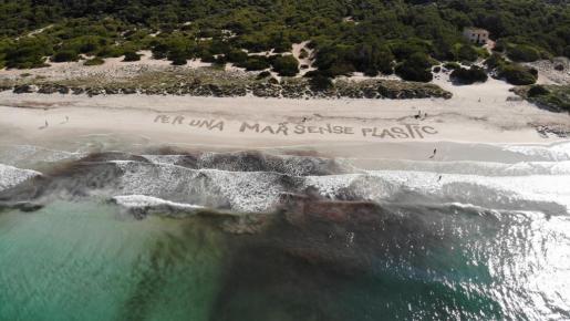 Imagen de la campaña Una Mar sense Plàstic, en la playa de ses Covetes.