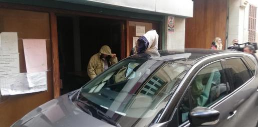 El hombre, que se intenta tapar con una capucha, a su salida del juzgado de Manacor.
