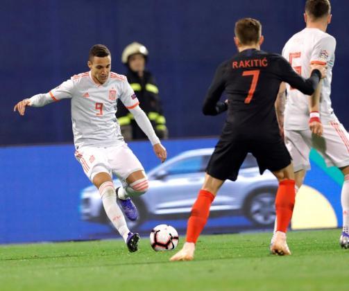 Ivan Rakitic (d) de Croacia disputa un balón ante Rodrigo Moreno (i) de España hoy, durante un partido del Grupo 4 de la Liga de Naciones UEFA, entre las selecciones nacionales de Croacia y España, en el estadio Maksimir de Zagreb (Croacia).