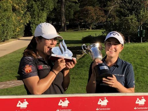 Luna Sobrón -derecha- posa con el trofeo que la acredita como campeona de España de golf tras su victoria en el Real Golf de Pedreña (Cantabria).