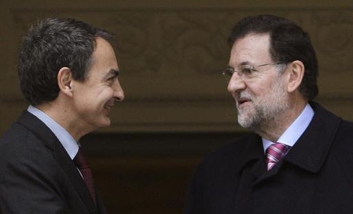 El presidente del Gobierno en funciones, José Luis Rodríguez Zapatero (i), recibe a su sucesor en el cargo, Mariano Rajoy, en el Palacio de la Moncloa, donde hoy se han reunido tras el Consejo de ministros para culminar el traspaso de poderes, cerrado ya por sus respectivos gabinetes.